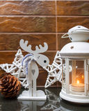 在多雪的背景的灯笼 圣诞节装饰隔离白色 背景圣诞节构成的节假日场面 免版税图库摄影