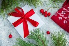 在多雪的背景的逗人喜爱的礼物在圣诞节 库存照片