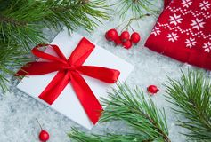 在多雪的背景的逗人喜爱的礼物在圣诞节 免版税库存图片