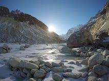 在多雪的谷的朝阳 图库摄影