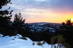 在多雪的镇的冬天日落 免版税库存图片