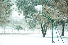 在多雪的领域的篮球篮子 库存图片
