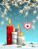 在多雪的风景的圣诞节蜡烛,与装饰心脏 皇族释放例证