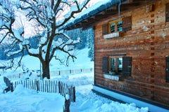 在多雪的风景的高山瑞士山中的牧人小屋 库存图片