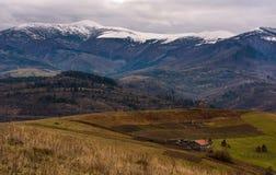 在多雪的高山山的乡区 免版税库存照片