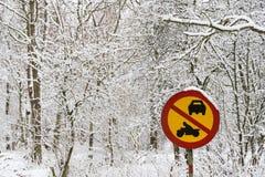 在多雪的Roadsign在一个积雪的森林里 库存图片