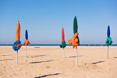 在多维尔海滩的著名五颜六色的遮阳伞 免版税库存照片