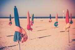 在多维尔海滩的著名五颜六色的遮阳伞 库存照片