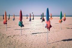 在多维尔海滩的著名五颜六色的遮阳伞 免版税库存图片