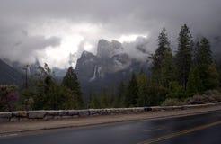 在多暴风雨的天气的优胜美地山 免版税图库摄影