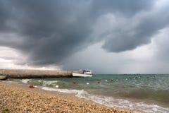 在多暴风雨的天气的偏僻的小船 免版税库存图片
