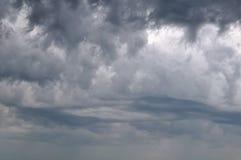 在多暴风雨的天气的天空 免版税库存照片