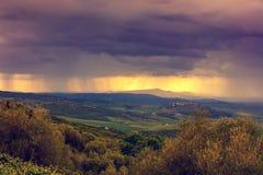 在多暴风雨的天气的托斯卡纳谷 库存照片