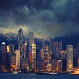 在多暴风雨的天气-惊人的大气的香港都市风景 免版税图库摄影