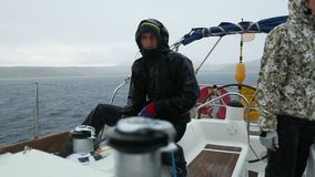 在多暴风雨的天气水手参加航行赛船会 影视素材