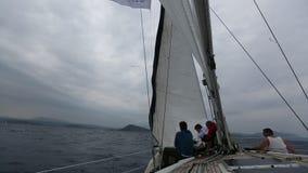 在多暴风雨的天气水手参加航行赛船会 股票录像