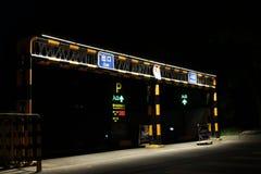 在夜下昏暗的光的停车场  免版税库存图片