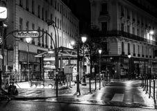 巴黎在夜之前:station du quatre septembre在冷的多雨夜 库存照片
