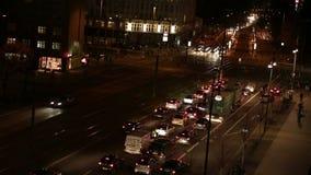 在夜交通的Defocusing汽车在城市 股票视频