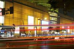 在夜光的城市街道 免版税库存图片
