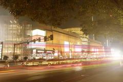 在夜光的城市街道 图库摄影
