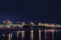 在夜光的布拉戈维申斯基桥梁 免版税库存图片