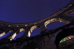 在夜光的罗马斗兽场 免版税库存照片