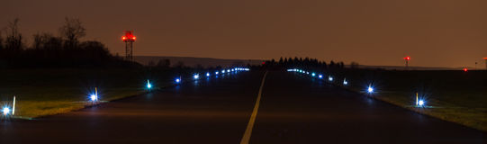 在夜全景的机场柏油碎石地面 免版税库存图片