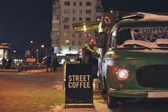在夜冬天街道上的咖啡馆 免版税库存图片