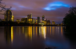 在夜卢霍内夫点地平线科罗拉多河边缘反射的奥斯汀都市风景 免版税库存图片