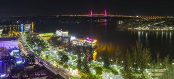 在夜变动的Ninh Kieu码头随着时间的推移显示 免版税库存图片