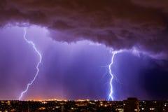 在夜城市上的美丽的闪电 免版税库存照片