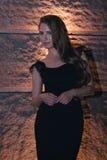 在夜城市光的深色的女孩画象 图库摄影