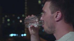 在夜城市前面的人饮用水 影视素材