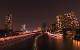 在夜城市地平线背景的河交易 免版税图库摄影