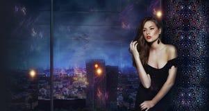 在夜城市未来派都市背景的美丽的女孩  库存图片