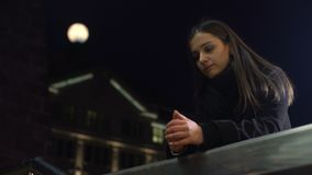 在夜城市街道上的沉思年轻女人身分和考虑生活 影视素材