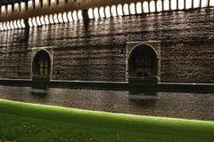 在夜墙壁的米兰城堡 库存图片