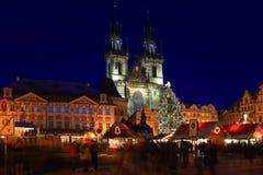 在夜多雪的老镇中心的圣诞节心情,布拉格,捷克 免版税库存图片