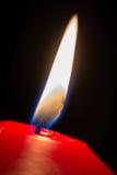 在夜宏指令的一个红色烛光焰 图库摄影