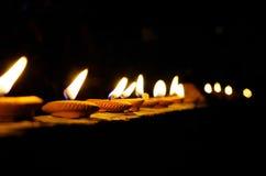 在夜寺庙的蜡烛 库存照片