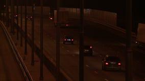 在夜录影的繁忙的城市高速公路 股票录像