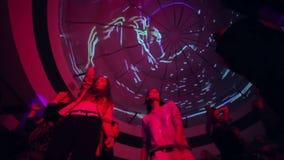 在夜总会的党期间低角度射击了跳舞人 影视素材