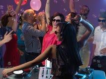 在夜总会的愉快的青年人跳舞 免版税库存图片