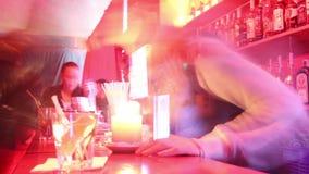 在夜总会的酒吧与侍酒者和访客在低fps射击了在夜总会 股票视频