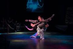 在夜戏剧性展示的古巴专业舞蹈家表现 免版税库存照片