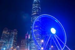在夜摩天大楼背景的大弗累斯大转轮  免版税图库摄影