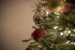 在夜明亮和愉快的光的圣诞节装饰品与丝带和闪烁 库存照片