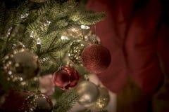 在夜明亮和愉快的光的圣诞节装饰品与丝带和闪烁 免版税库存照片