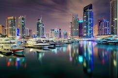 在夜期间,迪拜地平线视图 团结的阿拉伯迪拜酋长管辖区海滨广&# 免版税库存图片